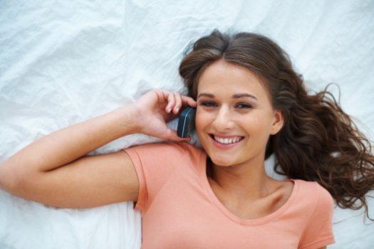 Προσοχή: Δες πώς το κινητό μπορεί να σου προκαλέσει… ακμή