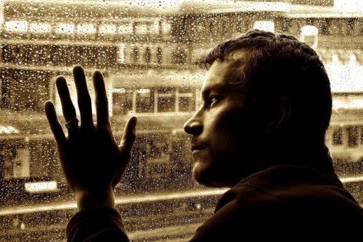 Σχέσεις: Γιατί οι άντρες παίρνουν πιο βαριά τον χωρισμό; Μπορεί να μην τον ξεπεράσουν και ποτέ!