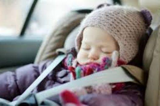 Γιατί όχι βαριά ρούχα στα παιδιά μέσα στο αυτοκίνητο