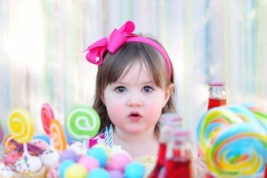 5 ρεαλιστικοί τρόποι να μειώσετε τη ζάχαρη που τρώει το παιδί
