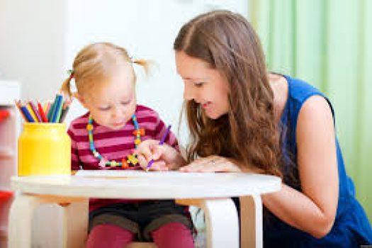 Ψάχνεις babysitter; Αυτές είναι οι απαραίτητες ερωτήσεις που πρέπει να κάνεις