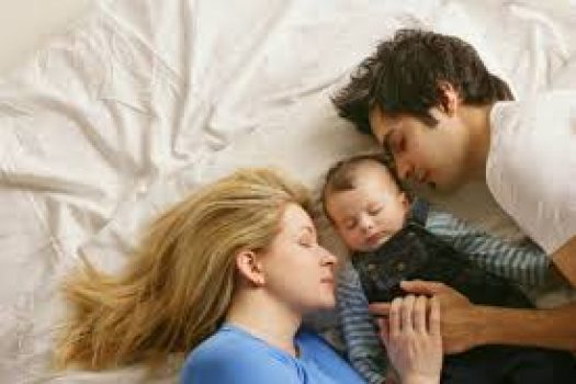 Κοιμάσαι μαζί με το παιδί σου; Δες τους κανόνες για ασφαλή συγκοίμηση