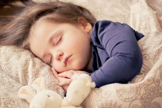 Τελικά πώς πρέπει να κοιμούνται τα μωρά,μπρούμυτα ή στο πλάι;