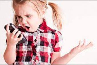 Όχι κινητό σε παιδιά κάτω των 12 ετών, προειδοποιεί ο Ιατρικός Σύλλογος Αθηνών
