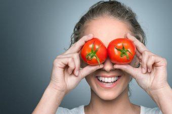 Ποιες οι καθημερινές τροφές που μας προστατεύουν από τον ήλιο