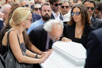 Απαρηγόρητος Λυκουρέζος στην κηδεία Ζωής Λάσκαρη: Άνοιξε το φέρετρο και… [video]
