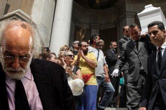 Ανείπωτη θλίψη στην κηδεία της Ζωής Λάσκαρη: Ποιος δεν άντεξε και λιποθύμησε [video]