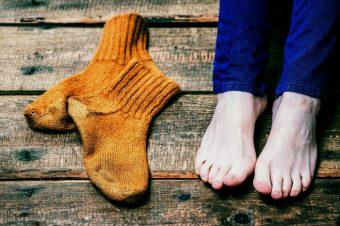 Κρύα πόδια: Ποιοι οι κίνδυνοι για την υγεία