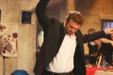 Ο Απόστολος Γκλέτσος χορεύει ζεϊμπέκικο, Στην υγειά μας: Γελάνε και οι πέτρες [video]