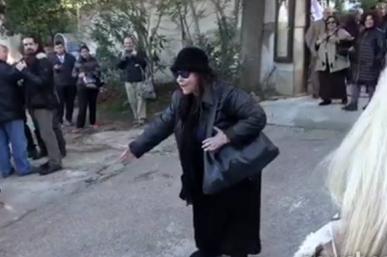 Πανικός στην κηδεία του Πανούση με Ελένη Λουκά: «Ήταν του Σατανά, στην κόλαση θα …» [video]