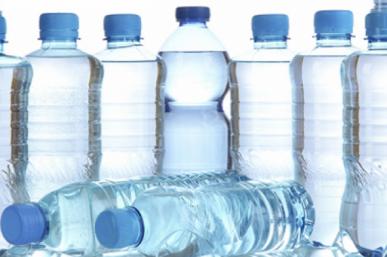 Αποκάλυψη βόμβα για νερό: Ποια μπουκάλια περιέχουν κομματάκια πλαστικού. Μάρκες